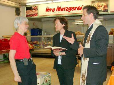 Christian Hermanns/Dechant des Dekanats Bedburg-Bergheim und Pfarrerin Almuth Giesen, Bergheim mit Rita Wegener, 1. Vorsitzende des Vereins Hoffnung